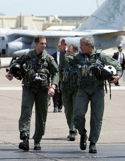 465px-George_W._Bush_walks_with_Ryan_Phillips_to_Navy_One (1)